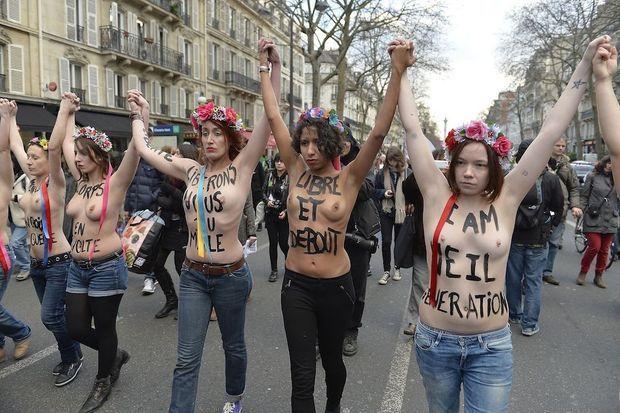 Le 17 janvier 2015, dix jours après les attentats de « Charlie » et de l'Hyper Cacher, les Femen de France défi lent à Paris pour défendre le droit à l'avortement menacé.
