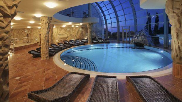 Une vaste piscine dans le bunker.