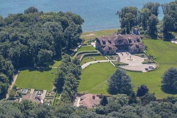 La propriété de Gland, sur la rive suisse du lac Léman, à 30 kilomètres de Genève. Trois niveaux. Salle de projection, bowling, piscine intérieure et port privé.