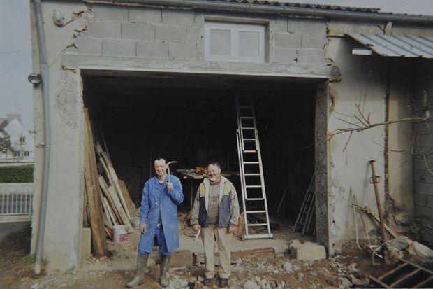Pascal Troadec et son père Pierre Troadec devant le garage où Pierre aurait caché l'or.