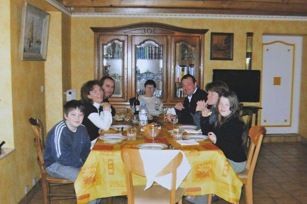 Repas de famille, Hubert Caouissin attablé avec ses victimes, Pascal, Brigitte, Sébastien et Charlotte Troadec, à Guipavas, chez Renée Troadec.
