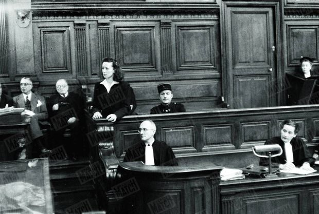 Pauline Dubuisson, 26 ans, devant la cour d'assises de Paris en novembre 1953. Condamnée aux travaux forcés pour avoir tué son amant, elle sera libérée pour bonne conduite.