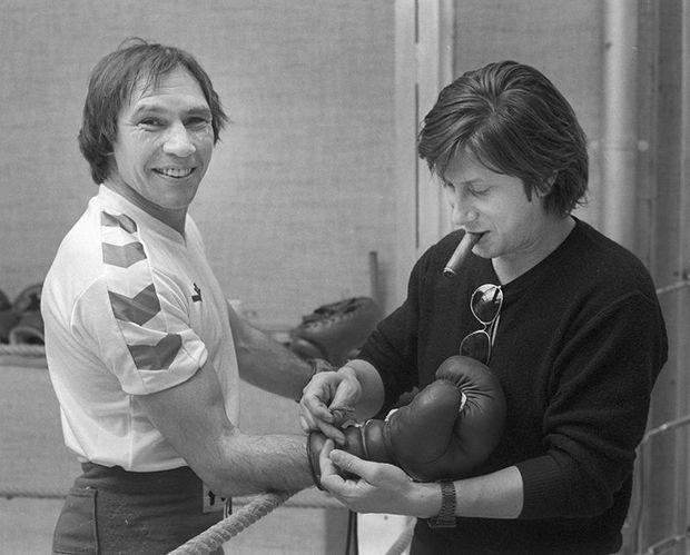 Ici avec Jacques Dutronc un de ses fans, qui s'occupe d'attacher les gants du champion.