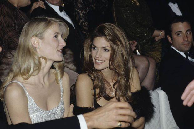 Cindy Crawford avec Laura Dern en 1993 lors d'une soirée de gala.