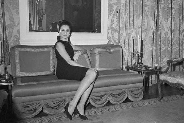 Jacqueline de Ribes, chez elle, à Paris en 1966.