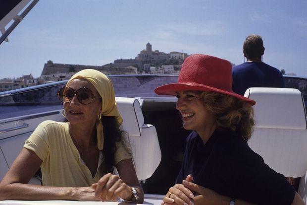 En 1990, à Ibiza, Jacqueline de Ribes, à gauche, avec Ira de Furstenberg