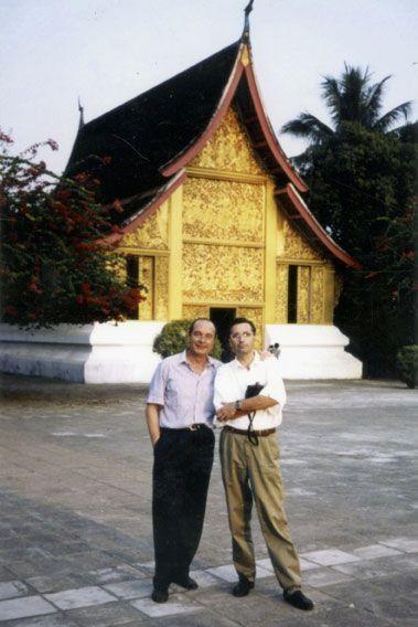 Au Cambodge en 1994, avec notre photographe Benoit Gysembergh, devant un temple khmer, l'une de leurs passions communes.