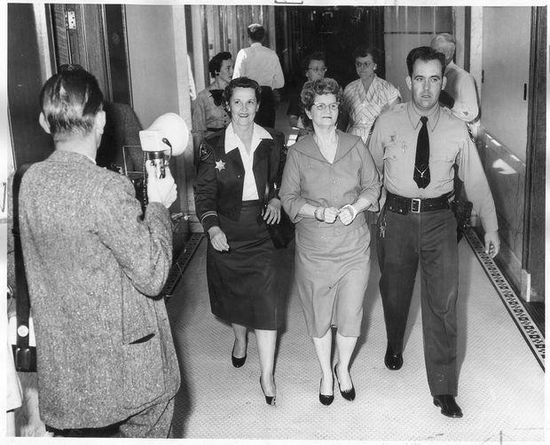 « Ma » Duncan, sourire aux lèvres, repart en cellule pour attendre le verdict de son procès, le 17 mars 1959.