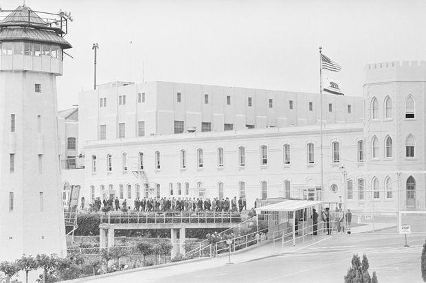 Les témoins de l'exécution d'Elizabeth Duncan quittent la prison de San Quentin, le 8 août 1962.