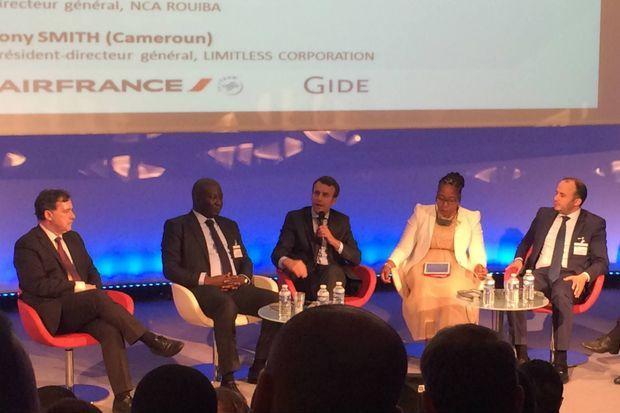 Emmanuel Macron au siège de Business France, entouré de gauche à droite par Pascal Lorot (Institut Choiseul), Sebastien Kadio-Morokro (Petro Ivoire), Bridgette Gasa (Helilox Group) et Sahbi Othmani (Nica Rouiba)