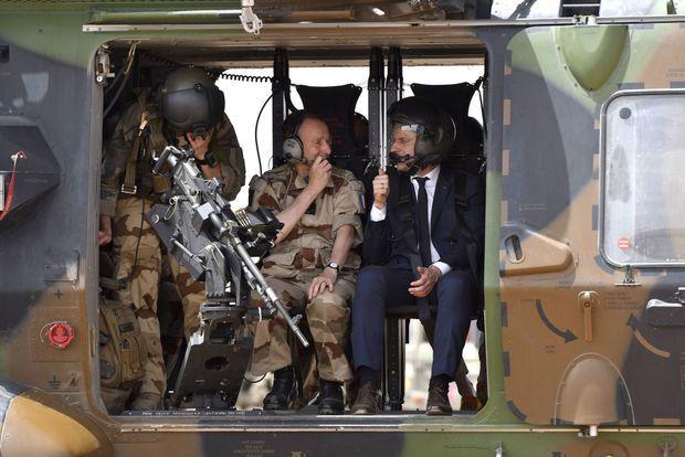 Le président Emmanuel Macron avec le Chef d'Etat major des Armées le général Pierre de Villiers s'apprêtent à survoler Gao, le 19 mai 2017