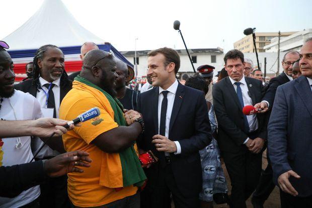 Après son interview avec Trace le 30 novembre 2017, Emmanuel Macron, ici photographié par Ludovic Marin, se rend sur le stade de football du quartier Jamestown à Accra