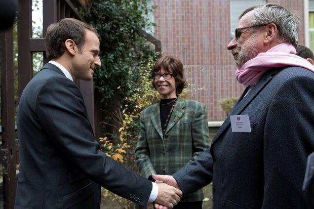 Emmanuel Macron salue Patrice Blanc, président des Restos du Cœur, aux côtés de Véronique Colucci