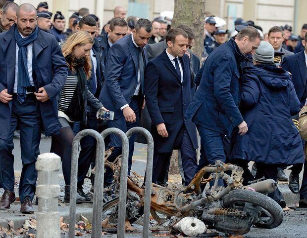 Accueilli par un mélange d'applaudissements et de huées, Macron s'est précipité dans le quartier de l'Etoile vandalisé dès son retour d'Argentine, dimanche 2 décembre.