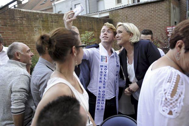 Dans son fief de Hénin-Beaumont, Marine Le Pen fête son score de 46,02 % en posant pour un selfie avec un lauréat du concours régional Modèle Elégance.