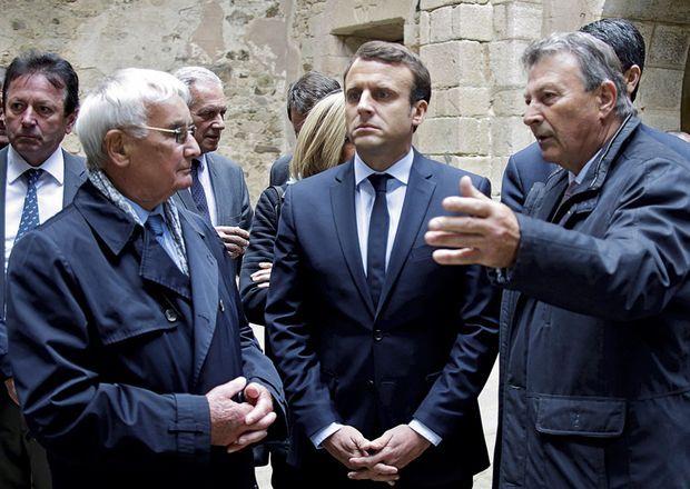 A Oradour-sur-Glane, le 27 avril. Avec Robert Hébras (à g.), survivant du massacre, et Claude Milord (à dr.), président de l'Association nationale des familles de martyrs d'Oradour-sur-Glane.