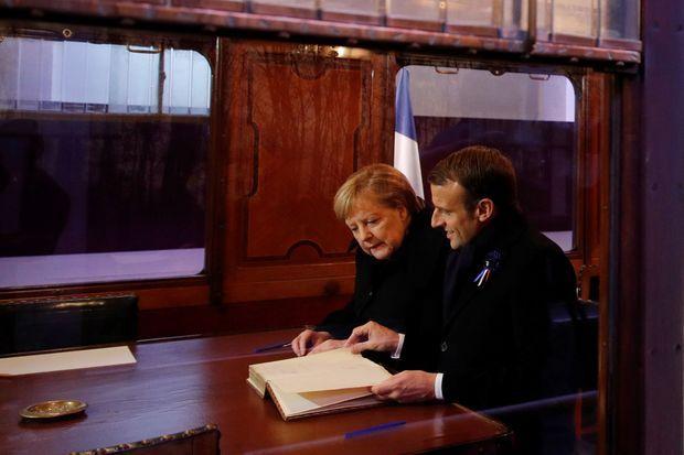 Angela Merkel et et Emmanuel Macron dans la réplique du wagon de l'armistice.
