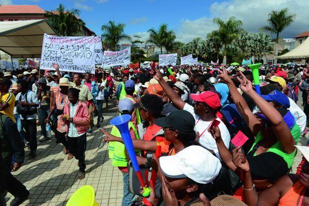 Défilé de manifestants sur la place du 13 mai à Antananarivo dans une ambiance bon enfant le 18 mai 2018