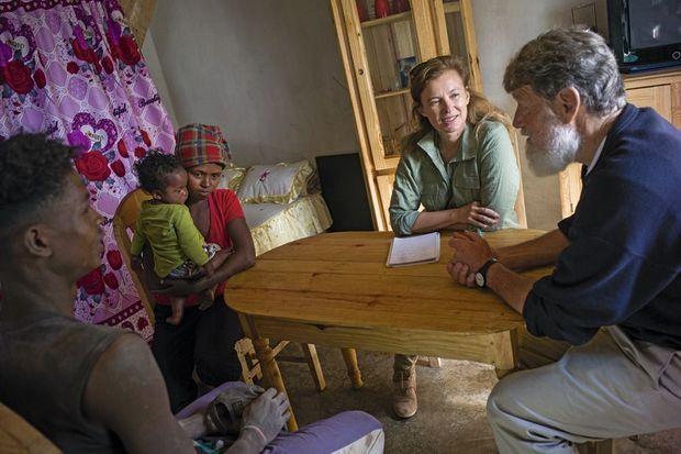 Notre reporter et le père Pedro dans l'une des maisons de l'association, à Manantenasoa. Cette famille espère pouvoir y emménager.