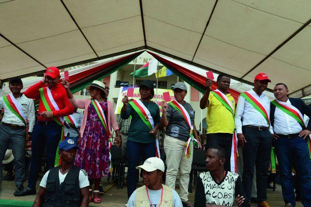 Des députés frondeurs brandissent leur carton rouge sur la place du 13 mai à Antananarivo, le18 mai 2018