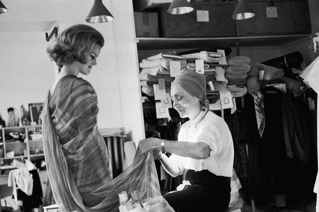 Alix Grey dans son salon d'essayage, en 1963.