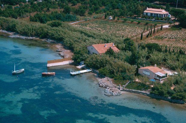 """Vue aérienne de la maison de Brigitte Bardot à Saint-Tropez """"La Madrague""""."""