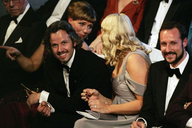 Märtha Louise en conversation avec Mette-Marit, Ari Behn (à g.) et le prince héritier Haakon de Norvège, en 2007 aux 70 ans du roi Harald.