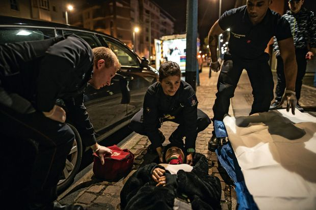 Magalie porte les premiers secours à une jeune femme qui vient de se faire agresser, dans la nuit du 3 avril.