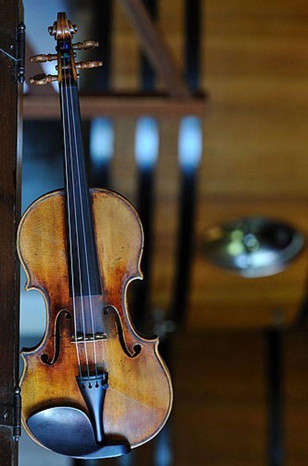 Mélomane, Bernard Magrez a acheté quatre instruments de musique d'époque qu'il a confiés à de jeunes musiciens : un stradivarius 1713, un violon Nicolas Lupot 1795, un alto Cassini 1660 et un violoncelle Ferdinando Gagliano 1788.