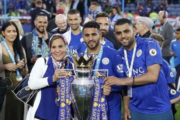 Riyad Mahrez célébrant le titre de Champion d'Angleterre avec sa famille au King Power Stadium