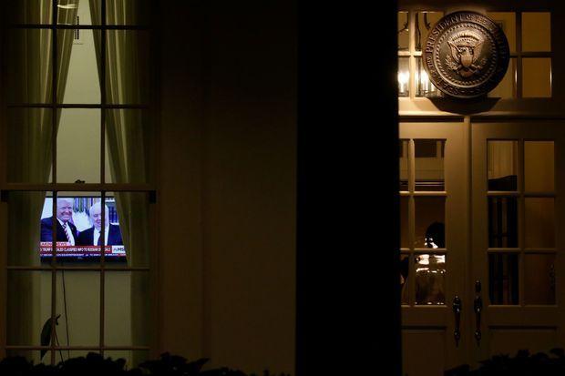 Une télévision sur une chaîne d'info parlant de l'affaire révélée lundi... à la Maison Blanche.
