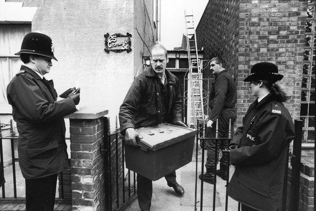 """La police fouillant le jardin de la """"maison de l'horreur"""" de Fred et Rosemary West à Gloucester, le 4 mars 1994."""