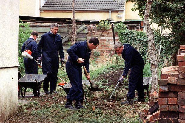"""La police fouillant le jardin de la """"maison de l'horreur"""" de Fred et Rosemary West à Gloucester, le 25 avril 1994."""