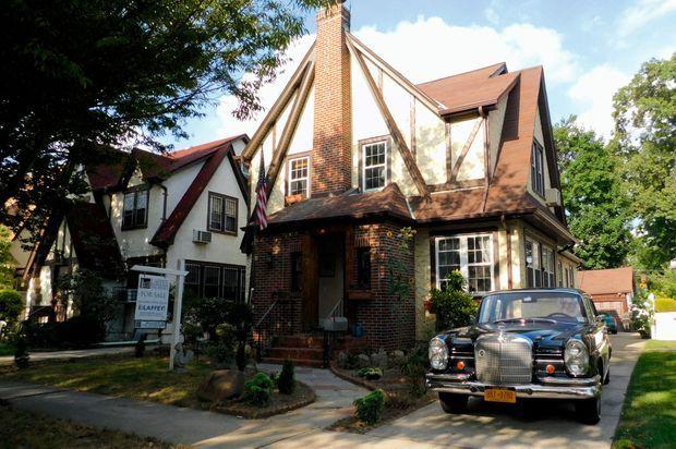 Une maison de seulement… 185 mètres carrés, avec des voisins tout proches, dans le quartier de Jamaica Estates, au cœur du Queens. Il y a vécu jusqu'à ses 4 ans.