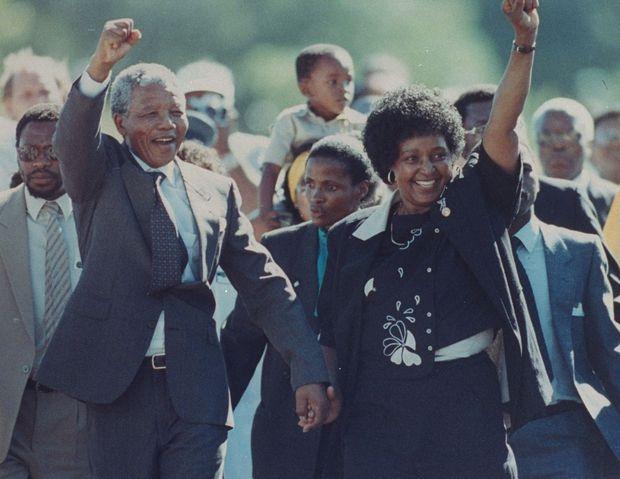 Nelson Mandela, accompagné de son épouse Winnie et de ses soutiens, le jour de sa libération, le 11 février 1990.