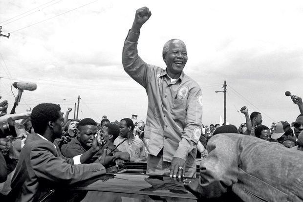 En avril 1994, quatre ans après sa sortie de prison, il est élu président d'Afrique du Sud. Ici, quelques jours avant, parmi ses supporters de l'ANC à Durban.