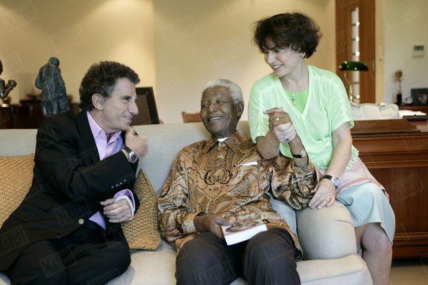 Monique et Jack Lang sont venus apporter à Nelson Mandela et à son épouse, Graça, les traductions en allemand et en portugais de la biographie que l'ancien ministre de la Culture lui a consacrée.