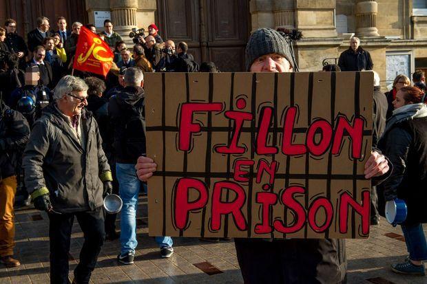 Un manifestant anti-Fillon à Tourcoing, vendredi.