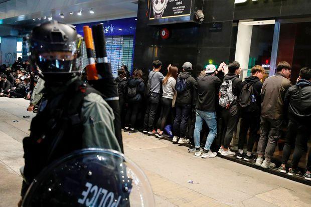 Manifestants arrêtés par la police, mercredi 1er janvier à Hongkong.