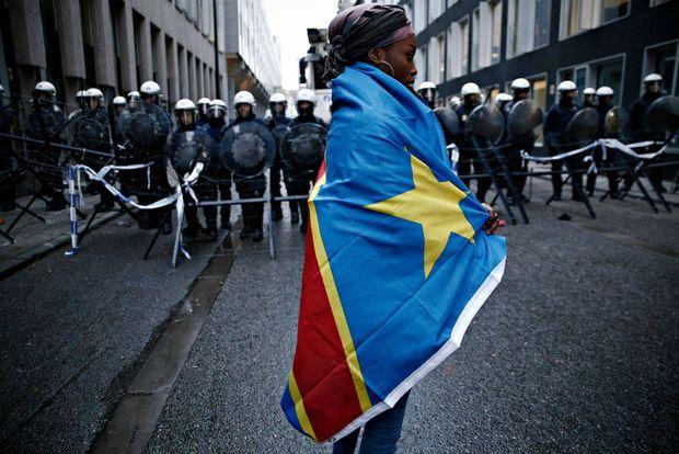Le 19 décembre 2016 devant l'ambassade de République démocratique du Congo, une manifestante enveloppée dans un drapeau de la RDC proteste contre le maintien au pouvoir de Joseph Kabila