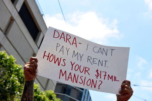 """Un chauffeur Uber s'adresse au patron de Uber sur sa pancarte en mai à San Francisco : """"Dara, je peux pas payer mon loyer. Comment est ton manoir à 17 millions de dollars?"""""""