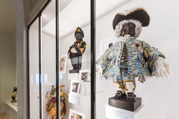 Au premier plan, la réplique de l'habit offert par Louis XV au Manneken-Pis dans le nouveau musée consacré à ses costumes