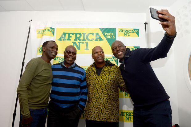 Le duo Brazza-Dibango avec les invités du jour, l'humouriste Mamane (à g.) et le producteur Amobé Mévégué.