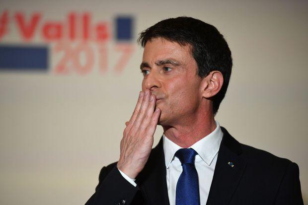Manuel Valls salue ses partisans, dimanche soir à la maison de l'Amérique latine, après sa défaite.