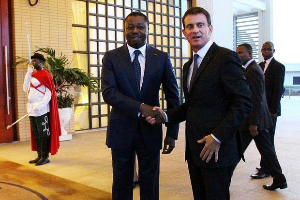 """Le 28 octobre 2016, Manuel Valls, ici avec le président du Togo Faure Gnassingbe, débute sa tournée africaine consacrée aux """"processus démocraties"""" dans le seul pays d'Afrique de l'Ouest n'ayant jamais connu d'alternance démocratique."""
