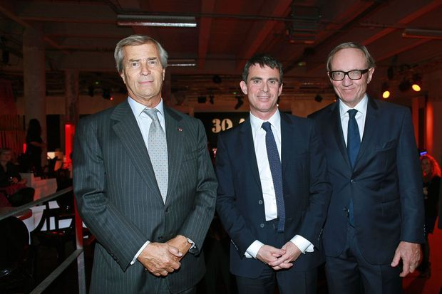Le Premier ministre Manuel Valls visitant l'exposition Canal+, puis entouré par Vincent Bolloré et Bertrand Meheut.