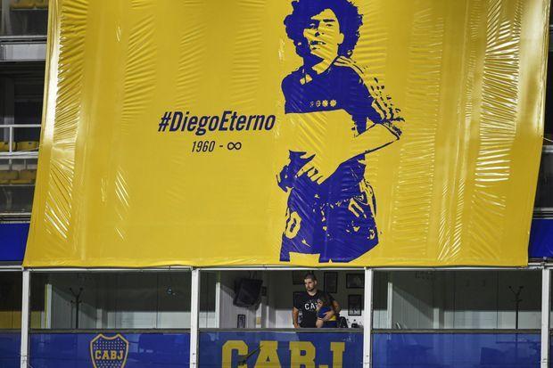 La banderole hommage à Diego Maradona, installée au-dessus de sa loge du stade de la Bombonera.