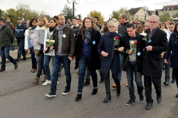 Le 5 novembre, lors de la marche blanche organisée à Gray à la mémoire d'Alexia. Au premier plan, de g. à dr., le beau-frère d'Alexia et sa sœur, Stéphanie, sa mère, Isabelle, son mari, Jonathann, et Jean-Pierre, son père