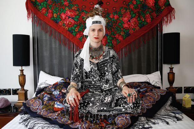 Maria Kazakova, dreadlocks, tatouages, plumes dans les cheveux, un style unique qui galvanise les énergies.