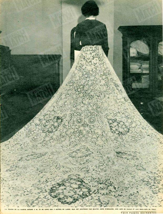"""""""La traîne de la mariée mesure 3m50 de long sur 3m de large. Elle est soutenue par quatre jupe d'organdi, une jupe de faille et une sous-jupe de tulle."""" - Paris Match n°213, 11 avril 1953."""